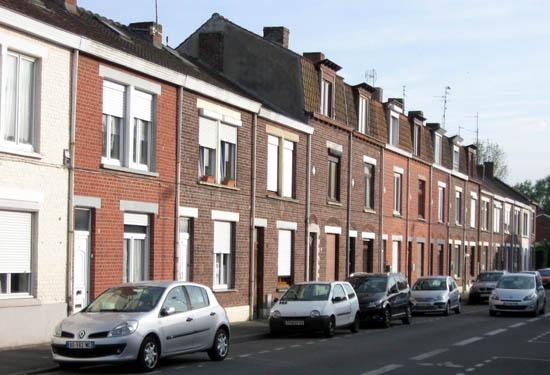 Une disposition typique: maisons basses encadrant un bloc de deux étages – photo Jpm