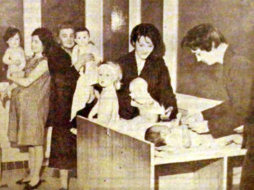 La consultation des nourrissons en 1963 Photo NE