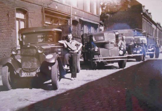Les camions suivants – à droite des Chevrolets