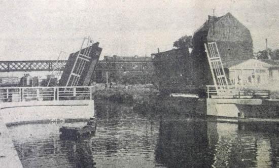 Le nouveau pont et la passerelle survivante – document La Voix du Nord 1957