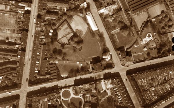 Photo aérienne du quartier. La Chapelle est le bâtiment en longueur en haut du cliché. Photo IGN
