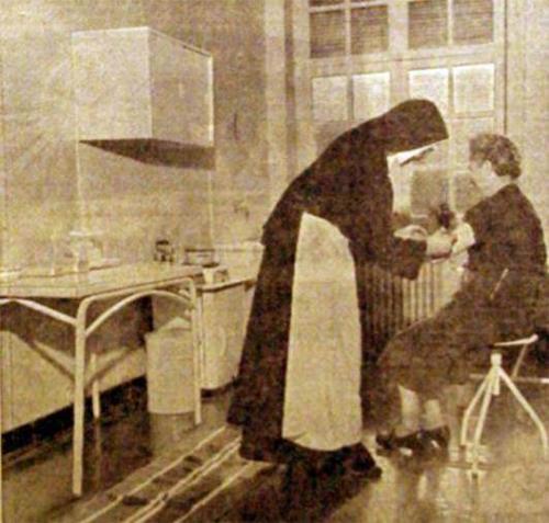 Une sœur à l'ouvrage dans le dispensaire Photo NE