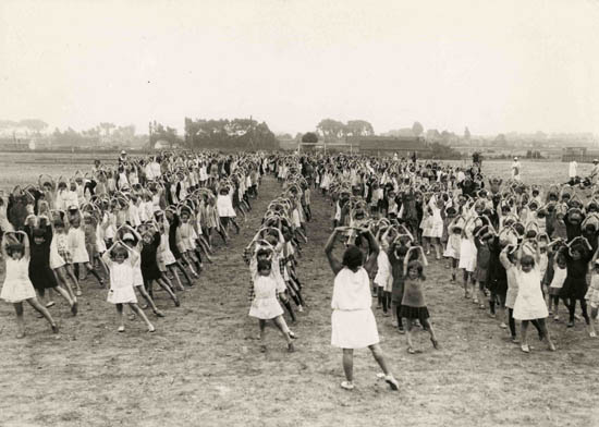 Mouvements gymniques au centre aéré dans les années 30 – document archives municipales