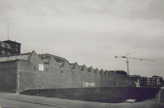 Le mur de l'usine, depuis le coin de la rue de l'Ermitage