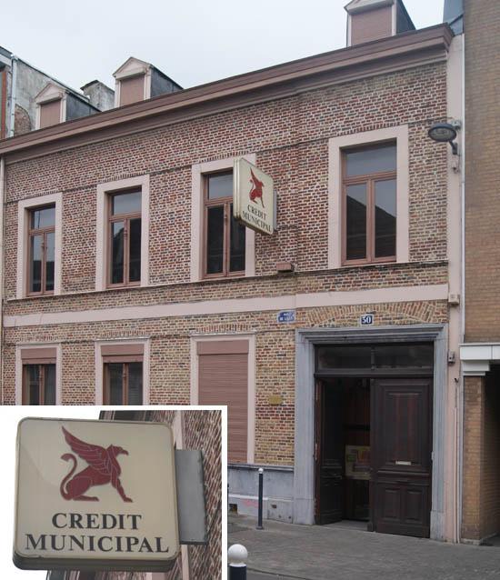 Le bâtiment de nos jours et l'enseigne, représentant un Grype ou Griffon, créature légendaire ( Photos BT )