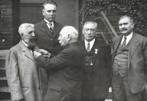 Maurice Descarpentries recevant des distinctions ( coll M. Samsoen )