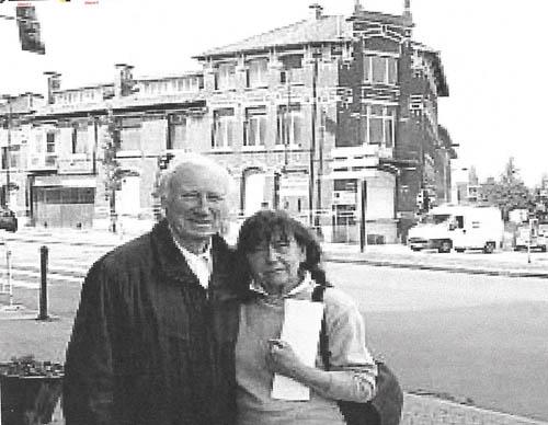 Lucien et Lucette Lagache devant le bâtiment ( Document Nord Eclair )